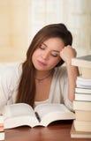 Retrato del estudiante listo con el libro abierto que lo lee en caer de la biblioteca de universidad dormido Foto de archivo