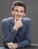 Retrato del estudiante masculino joven sonriente que parece amistoso Foto de archivo