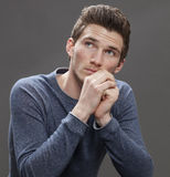 Retrato del estudiante masculino que piensa en futuro en negocio Fotografía de archivo libre de regalías