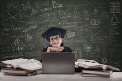 Retrato del estudiante pensativo en la clase Fotos de archivo