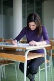 Retrato del estudiante universitario en una sala de clase fotos de archivo libres de regalías