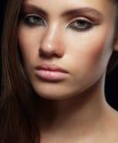 Retrato del estudio de la morenita joven con la piel sana Fotografía de archivo