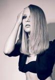 Retrato del estudio de la muchacha bonita joven en outf negro imagen de archivo libre de regalías