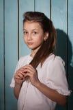 Retrato del estudio de la muchacha hermosa con los ojos grandes que la detienen Fotografía de archivo