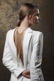 Retrato del estudio de la mujer atractiva con maquillaje del oro y la ha mojada Imagenes de archivo