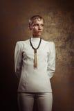 Retrato del estudio de la mujer atractiva con maquillaje del oro y la ha mojada Fotografía de archivo