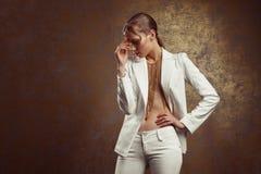 Retrato del estudio de la mujer atractiva con maquillaje del oro y la ha mojada Foto de archivo