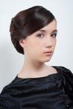 Retrato del estudio de la mujer atractiva joven en negro fotografía de archivo