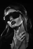 Retrato del estudio de la mujer atractiva que lleva las gafas de sol inusuales Fotografía de archivo