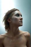Retrato del estudio de la mujer congelada joven Foto de archivo libre de regalías