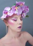 Retrato del estudio de la mujer hermosa joven con flujo Imagen de archivo libre de regalías