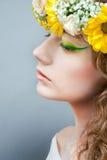 Retrato del estudio de la mujer hermosa joven con flujo Imágenes de archivo libres de regalías
