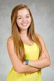 Retrato del estudio de la sonrisa adolescente feliz de la muchacha Imagen de archivo libre de regalías