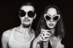 Retrato del estudio de las gafas de sol que desgastan de un par joven Imágenes de archivo libres de regalías