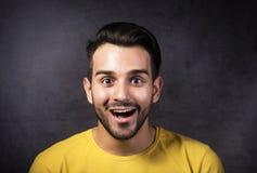 Retrato del estudio de una juventud sonriente que mira la cámara Imagenes de archivo