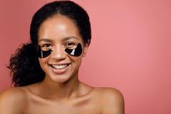 Retrato del estudio de una mujer feliz de la raza mixta Fotos de archivo