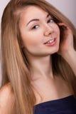 Retrato del estudio de una mujer joven hermosa Imagen de archivo libre de regalías