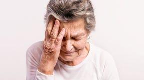 Retrato del estudio de una mujer mayor en dolor Cierre para arriba Foto de archivo libre de regalías