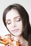 Retrato del estudio de una novia hermosa joven Maquillaje y peinado profesionales Imagen de archivo