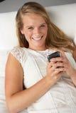 Retrato del estudio del adolescente con el teléfono móvil Imagenes de archivo