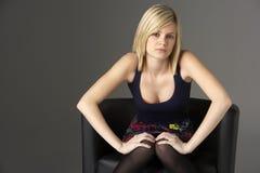 Retrato del estudio del adolescente que se sienta en silla Fotografía de archivo libre de regalías