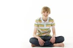 Retrato del estudio del adolescente sonriente Imágenes de archivo libres de regalías
