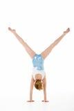 Retrato del estudio del gimnasta de sexo femenino joven Foto de archivo libre de regalías