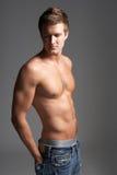 Retrato del estudio del hombre joven muscular de pecho descubierto Foto de archivo libre de regalías