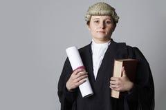 Retrato del estudio del libro femenino de Holding Brief And del abogado Imagenes de archivo