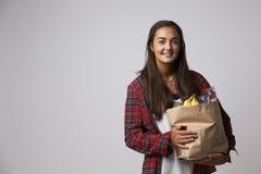 Retrato del estudio del nutricionista de sexo femenino con el bolso de la comida Fotos de archivo