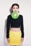 Retrato del estudio del primer del teena de moda hermoso del asiático del inconformista Fotografía de archivo