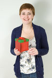 Retrato del estudio del rectángulo de regalo de la explotación agrícola de la mujer joven Foto de archivo