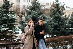 Retrato del exterior joven hermoso de los pares en el centro de ciudad foto de archivo libre de regalías