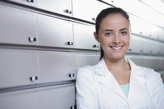 Retrato del farmacéutico sonriente de la mujer en farmacia Imagenes de archivo