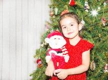 Retrato del fazakh, muchacha asiática del niño alrededor de un árbol de navidad adornado Niño en Año Nuevo del día de fiesta Imagenes de archivo