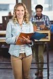 Retrato del fichero de tenencia feliz de la empresaria en ofice Imagen de archivo libre de regalías