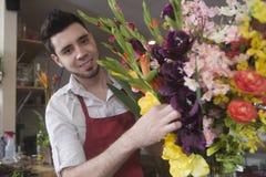 Retrato del florista Decorating Flower Vase fotografía de archivo libre de regalías