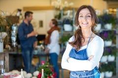 Retrato del florista sonriente At Flower Shop Fotos de archivo