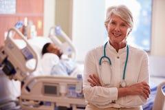 Retrato del fondo femenino del doctor With Patient In fotos de archivo libres de regalías