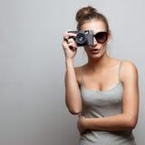 Retrato del fotógrafo de sexo femenino imagen de archivo