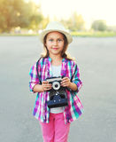 Retrato del fotógrafo del niño de la niña con la cámara retra Fotografía de archivo libre de regalías
