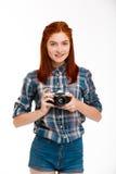 Retrato del fotógrafo hermoso joven del jengibre sobre el fondo blanco Foto de archivo libre de regalías