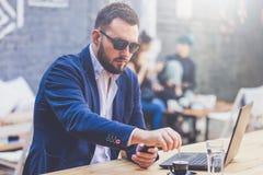 Retrato del freelancer alegre en el escritorio en cafetería imagen de archivo libre de regalías