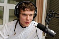 Retrato del funcionamiento de DJ del varón Imagenes de archivo