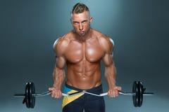 Retrato del funcionamiento muscular del hombre joven del ajuste estupendo Imagenes de archivo