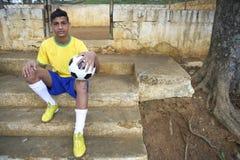 Retrato del futbolista brasileño joven del fútbol Fotos de archivo libres de regalías