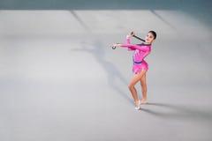 Retrato del gimnasta de sexo femenino que mira la cámara Foto de archivo libre de regalías
