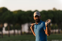 Retrato del golfista en el campo de golf en puesta del sol Fotos de archivo