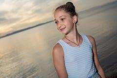 Retrato del gran tiempo de la edad de la playa relajante adolescente de las vacaciones Imagen de archivo libre de regalías