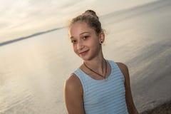 Retrato del gran tiempo de la edad de la playa relajante adolescente de las vacaciones Fotos de archivo libres de regalías